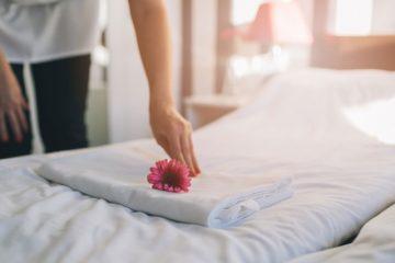 Cách trải ga giường khách sạn chuẩn không cần chỉnh của chuyên gia